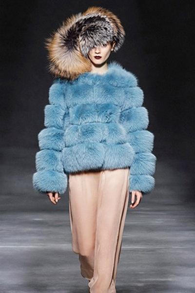 Тренд сезона – яркий крашеный мех. Фото: trendspace.ru