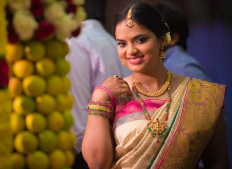Индийская девушка в шёлковом сари и традиционных драгоценностях для свадьбы. Фото:Lakiru