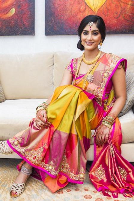 Индийская невеста наряжена в шёлковое сари с орнаментом и с золотыми украшениями. Фото: Lakiru