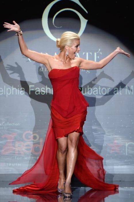 Джилл Мартин в красном платье на благотворительном показе Недели моды в Нью-Йорке 6 февраля. Фото: Frazer Harrison / Getty Images