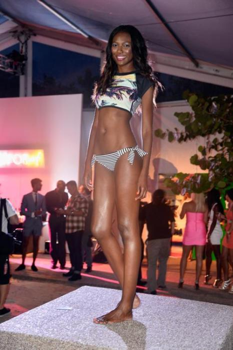 Новую пляжную коллекцию представил спортивный бренд Roxy на неделе моды от Mercedes-Benz Swim 2014 18 июля 2013 года в Майями (США). Фото: Frazer Harrison/Getty Images for Mercedes-Benz Fashion Week Swim 2014