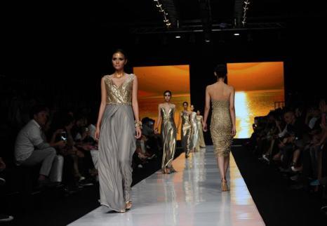 В индонезийской столице началась неделя моды Джакарты 2014. Ведущие дизайнеры и бренды представили 21 октября 2013 года яркие современные и этнические восточные наряды будущего сезона. Фото: Robertus Pudyanto / Getty Images