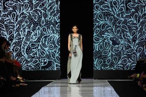 Пятый день недели моды прошёл в столице Индонезии Джакарте 23 октября 2013 года. Ведущие дизайнеры Востока представили азиатские наряды 2014. Фото: Robertus Pudyanto / Getty Images