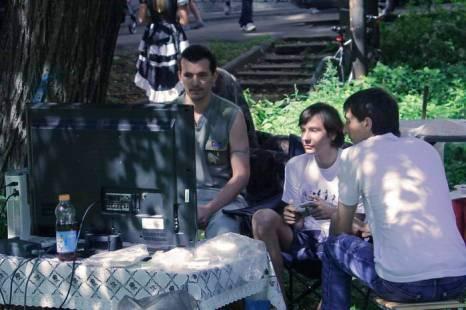 Посетители кафе Cat's за игрой Xbox. Фото: Николай Карпов/Великая Эпоха (The Epoch Times)