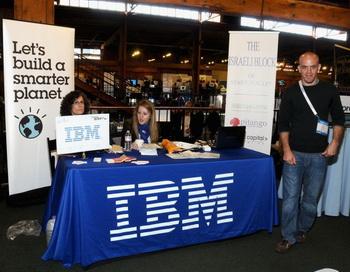 Информационный стенд IBM первого дня на выставке Tech Crunch Disrupt 2011 12 сентября 2011 года в Сан-Франциско, штат Калифорния. Снова Big Blue был первым в списке самых инновационных компаний с 6180 патентами на изобретения в США за 2011 год. Фото: Araya Diaz/Getty Images