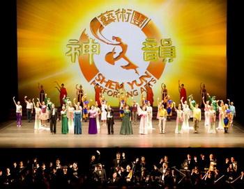 Финальная сцена представления Shen Yun Performing Arts. Январь 2011,  Линкольн-центр, Манхэттен. Фото: Ларри Дай/Великая Эпоха (The Epoch Times)
