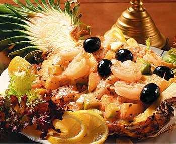 Салат в ананасе. Фото: gourmet.com.ua