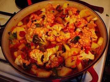 Алю-гоби — традиционное индийское блюдо из цветной капусты и картофеля. Фото: recipes.ebest.in