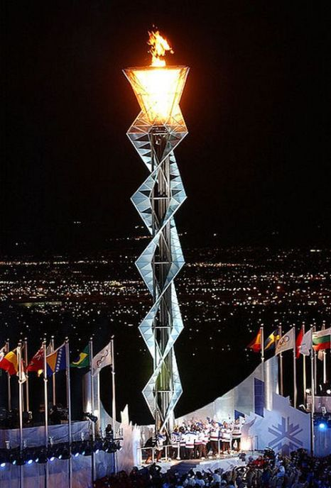 Олимпийский огонь на стадионе Райс-Экклс во время проведения Зимних Олимпийских Игр 2002 года.Фото с сайта wikimedia.org