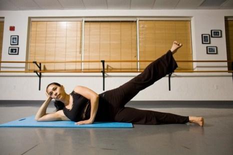Поднимите ногу настолько высоко, насколько возможно, не поднимая таза. Фото: Henry Chan/Epoch Times