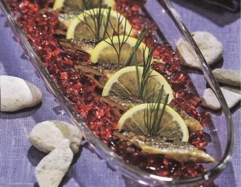 Минога в желе из черной смородины. Фото Гвидо Каена из книги Лолиты Шелвах «Кушанья Латвии».