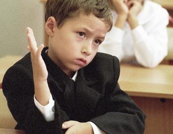 Первоклассник на уроке. Фото РИА Новости