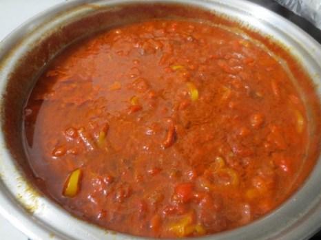 Тушите соус на медленном огне в течение 10 минут, добавьте соль, перец и щепотку сахара по вкусу и хорошо перемешайте. Фото: Maria Matyiku/Epoch Times