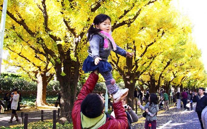 Счастливые люди зачастую поддерживают крепкие связи со своими семьями и близкими людьми. Фото: YOSHIKAZU TSUNO/AFP/Getty Images