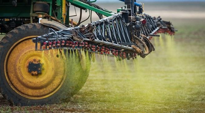 Вместе с продуктами питания пестициды оказываются на нашем столе. Что же это может означать для нас? Фото: AFP/Getty Images