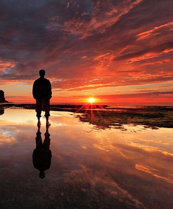 Мы не сможем обрести счастье, находясь в постоянной гонке за достижением материальных целей или удовольствий. Нет смысла забивать их в «поисковик» вашего навигатора. Фото: slourp.com