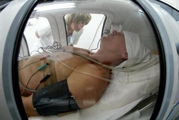 Сущность гипербарической оксигенации сводится к повышению концентрации кислорода в тканях организма, что достигается дыханием медицинским кислородом под высоким давлением. Фото: AFP/Stringer/Getty Images