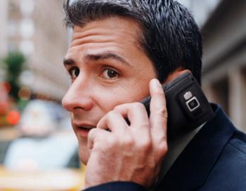 Большинство россиян понятия не имеет, что представляет собой излучение от мобильных телефонов. Фото: DreamPictures/Getty Images