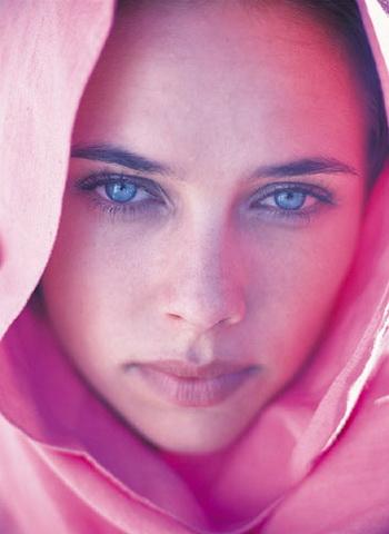 Голубые глаза являются не только эталоном красоты в современном мире, но еще выступают показателем интеллектуальных способностей человека. Фото: Digital Vision/Getty Images