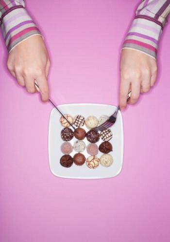 Как говорит древняя мудрость, «все хорошо в меру», поэтому излишняя слабость к шоколаду - или показатель определенных нарушений обмена веществ, или запущенная привычка, превратившаяся в сильное пристрастие. Фото: Digital Vision/Getty Images