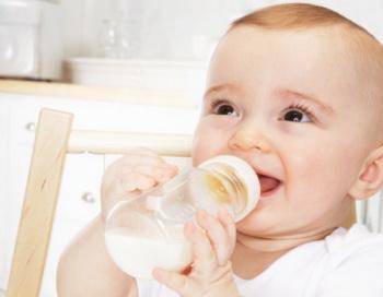 Ученые из Швеции при исследовании защитных свойств грудного молока, выявили его способность губительного действовать на раковые клетки. Фото: James Woodson/Getty Images