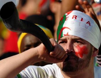 Тысячи вувузел звучащих на стадионе вполне способны вызвать повреждение слуха у болельщиков. Фото: VINCENZO PINTO/AFP/Getty Images