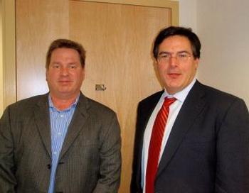 Исследователь окситоцина доктор Холландер (справа), рассказавший Джеймсу Оттару Грюндвигу (слева) о своих исследованиях окситоцина. Фото: Джеймс Оттар Грюндвиг