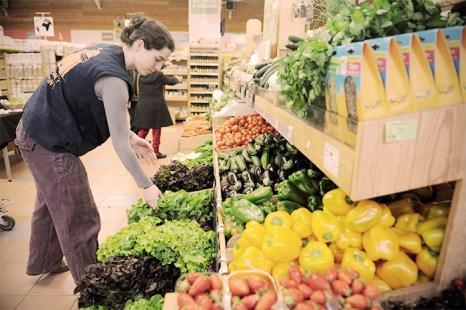 Даже, если вы не в состоянии перейти на сыроедение, постарайтесь добавить больше сырых фруктов и овощей в ежедневный рацион. Фото: FRED TANNEAU/AFP/GettyImages