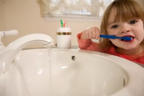 Слюна помогает защитить зубы от разрушения, поскольку она нейтрализует кислоты, содержащиеся в пище и напитках. Фото: Photos.com