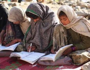 16 февраля 2009  афганские девочки посещают  школу в деревне Сандарва в восточном Афганистане. Женское образование  в Афганистане стало большой проблемой, поскольку возродившийся Талибан проводит политику запугивания студенток. Фото с сайта theepochtimes.com
