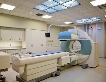 Летом прошлого года громкую огласку получил факт закупки томографов для нужд регионов по завышенным в три раза ценам. Фото: Frank Siteman/Getty Images