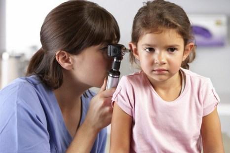 Доктор исследует уши маленькой девочки. Потеря слуха — всеобщая детская проблема, вызванная использованием наушников с большим усилением звука, травмой головы, чрезмерным шумом от видеоигр, фильмов и т.п. Фото: Catherine Yeulet /Photos.com