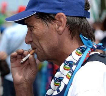 Каждый десятый человек в мире умирает в результате курения. Фото: FILIPPO MONTEFORTE/AFP/Getty Images