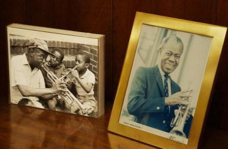 Фотографии известного джазового музыканта Луи Армстронга стоят в его кабинете. Фоторепортаж. Фото: STAN HONDA / AFP / Getty Images