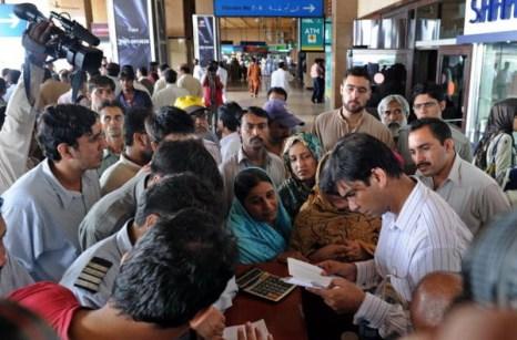 Авиакатастрофа в Пакистане. Фоторепортаж. Родственники погибших скорбят о своих близких. Фото: AAMIR QURESHI/AFP/Getty Images