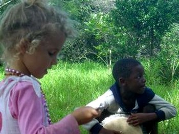 Дети экологической деревни растут без телевидения. Фото: khuladhamma.org