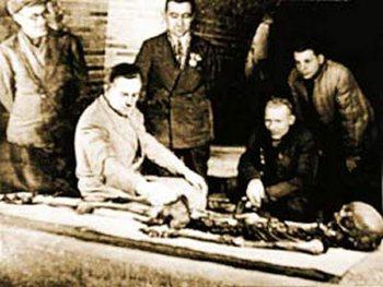 Исследование останков Тамерлана учеными. Фото с сайта zhurnal.lib.ru