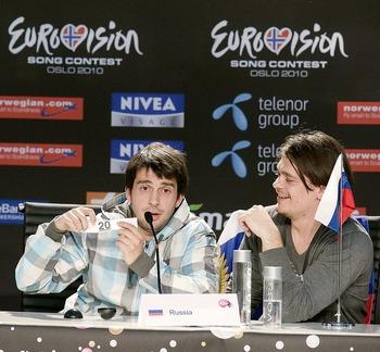 Петр Нэлич и друзья на пресс-конференции победителей, проведенной после полуфинала Евровидения Осло 2010 25 мая. Фото: Nigel Waldron/Getty Images