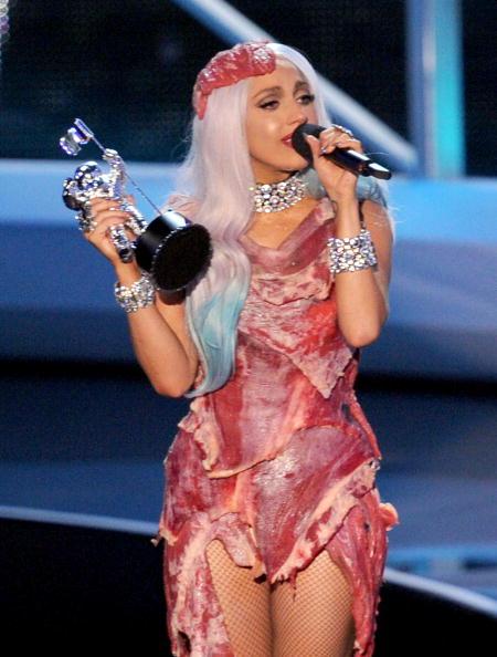 На MTV VMA-2010 Леди Гага (Lady Gaga) получила восемь наград. Леди Гага ы платье из мяса.. Фоторепортаж. Фото:  Kevin Winter/Frederick M. Brown/MARK RALSTON/AFP/Getty Images