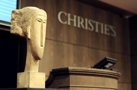Скульптура женской головы Амадео Модильяни была продана на аукционе Christies в Париже за 43 миллиона евро. Фото: MIGUEL MEDINA/AFP/Getty Images