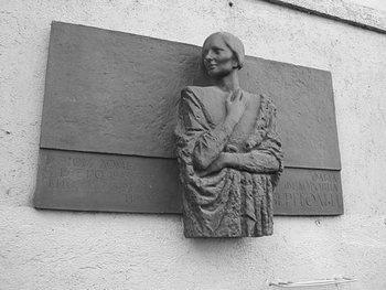Бронзовый барельеф памяти Ольги Берггольц у входа в дом радио. Фоторепортаж. Фото с сайта cogita.ru