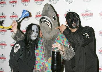 Музыканты группы Slipknot ходили в страшных масках, и каждый имел свой номер, по которому музыканты обращались друг к другу: Пол Грей (крайний справа) имел номер «два». Фото: Jo Hale/Getty Images
