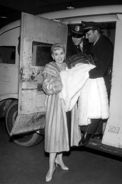 За За Габор  - звезда «Мулен руж», на грани жизни и смерти. За За Габор в машине путешествует в Париж 10 апреля 1954 года. Фоторепортаж. Фото: AFP/Getty Images