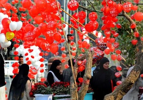 День святого Валентина отметили влюбленные всего мира.  Пакистан. Фото: AAMIR QURESHI /Arif Ali/AFP/Getty Images