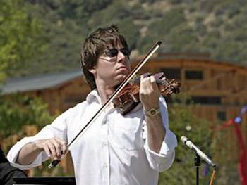 В ходе эксперимента, проведённого газетой «Вашингтон Пост», знаменитый скрипач Джошуа Белл, переодетый затрапезным уличным музыкантом, играл в подземном переходе. Более 1000 человек прошли мимо него. К концу дня он заработал всего лишь 32 доллара и 17 центов. Фото: Giulio Marcocchi /Getty