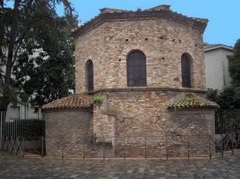 8-гранный Баптистерий Арля с мозаикой крещения Христа Иоанном Крестителем. Фото предоставлено Бюро туризма Равенны