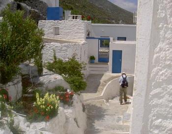 Древние дома и пешеходные дорожки полны ярких цветов и другой местной флоры, несмотря на кажущийся опустевший вид . Фото с сайта theepochtimes.com