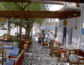 Отдых в таверне в Ормосе предоставляет мирный и живописный вид на Эгейское море. Фото с сайта theepochtimes.com