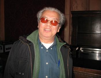 Художник  Хуан Цзинмин восхваляет Shen Yun. Фото с сайта minghui.ca