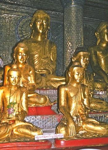 Статуи Будд можно увидеть повсюду. Фото: Elke Backert